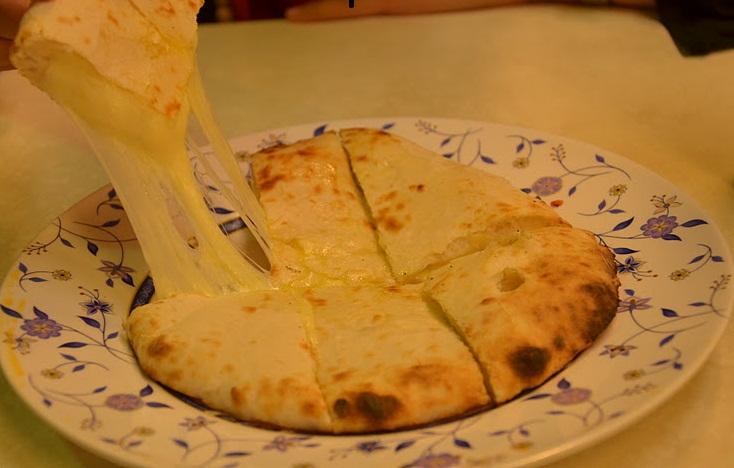 インド料理 人気ナンバー3 チーズナン(Cheese Nan,nān , नान , )نان